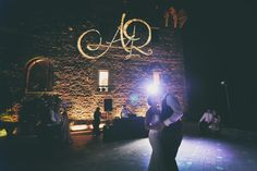 ALMA PROJECT @ Castello di Vincigliata - Terrace First Dance - Amber uplights - Initials projection - Professional Deejay Service - Edoardo Agresti Photo - www.sposiamovi.it