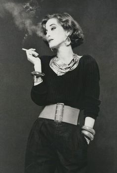 Loulou de la Falaise In this madcap French-English beauty started working side-by-side with Saint Laurent as an accessories designer and in-house muse. She was, Saint Laurent, told Vogue, féerique, or elfin. Yves Saint Laurent, Looks Style, Looks Cool, Le Smoking, Look Retro, Vogue, Moda Vintage, Vintage Ysl, Vintage Books