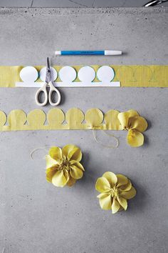 Pretty fabric flowers diy: Freshly cut flowers are always nice -- but fabric flowers can be cherished for years to come. Felt Flowers, Diy Flowers, Paper Flowers, Flower Diy, Make Fabric Flowers, Pansy Flower, Cloth Flowers, Pretty Flowers, Fabric Crafts