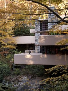 Bear Run Creek in Mill Run, Pennsylvania. Bauhaus Architecture, Architecture Images, Beautiful Architecture, Frank Lloyd Wright Buildings, Frank Lloyd Wright Homes, Mountain Dream Homes, Waterfall House, Usonian, Stucco Homes