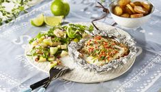 I denne oppskriften får seien deilig smak av urter, chili og sitrongress når du griller den i folie. Sammen med grillede nypoteter skaper seien sommer på tallerkenen.