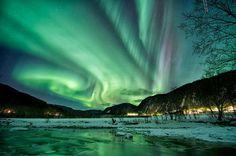 Polarlicht über Lappland  Gibt's auch auf Island oder über Norwegen zu sehen, aber über Lappland soll's am schönsten sein. Man kann das Phänomen auch Nordlicht am Nordpol bzw. Südlicht in Südpolnähe nennen, oder auch Aurora borealis (Macht am meisten Eindruck).