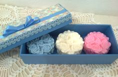 Caixa em MDF forrada com tecido e três sabonetes artesanais.