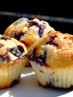 KAMUT® dough muffin with wild berries! A recipe from Alessandro Rosini, Grani restaurant in Milan Chef! Yummy Snacks, Yummy Treats, Yummy Food, Tasty, Healthy Food, Healthy Eating, Healthy Recipes, Little Muffins, What's For Breakfast