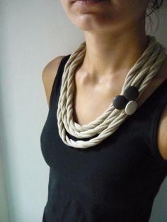 mäkký a prítulný náhrdelník z recyklovaných tričiek - vo farbách kávy náhrdelník je doplnený tromi poťahovanými gombíkmi (koženka), zapína sa na rovnaký gombík, ktorý je prišitý na háčkovaných spo...