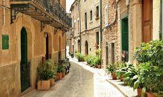 In vielen Reiseführern wird Fornalutx seit vielen Jahren immer wieder als schönstes Dorf Mallorcas bezeichnet. 2017 darf das malerische Bergdorf in der Region der Serra de Tramuntana diesen Titel - wieder - ganz…