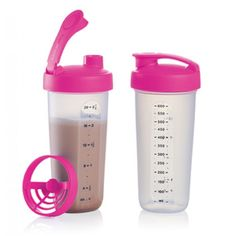Tupperware Quick Shake® Containers: A classic favorite is now in a great new shape! Our instant blender features a sleek, easy-grasp design and lock-open, flip-top cap that lets you prep a healthy beverage and then drink it straight from the container. It's the quick, one-step way to make protein shakes and take them to school, work or the gym. Fits in most car cup holders too. Or use it to create mixes, marinades, toppings or salad dressings. With its larger capacity, redesigned blender…