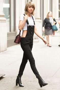Taylor Swift, macacão preto, blusa branca, ankle boot