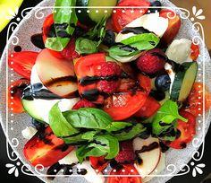 Super leckerer Salat mit frischen Beeren - Vegetarisch Kochen schnell & einfach Caprese Salad, Super, Food, Peach, Summer Time, Vegetarian Recipes, Raspberries, Tomatoes, Essen