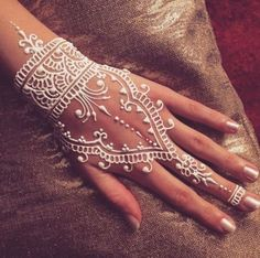 Amazing White Henna Designs The white color means purity and safety.Think on meaning of colors when choosing a color for your henna.The white color means purity and safety.Think on meaning of colors when choosing a color for your henna. Henna Tattoo Hand, Henna Tattoo Muster, White Henna Tattoo, Henna Ink, Henna Body Art, Henna Mehndi, Mehendi, Henna Mandala, Henna Tattoo Meanings