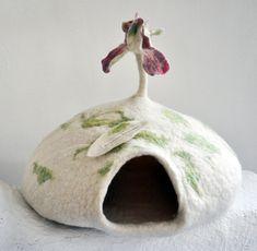 Katzenhöhle 'Blatt mit Irisblüte' - Samtpfote`s Traum by dornroeschenfilzunikate - Cats: Beds - Pets - DaWanda