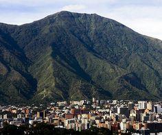 Caracas  Fotografía cortesía de @collado.17  #LaCuadraU #GaleriaLCU #Caracas #ElAvila