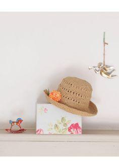 20 modèles de chapeaux et sacs  en raphia. Des modèles divers et variés : chapeau cloche, canotier, chapeau fleuri, casquette gavroche…