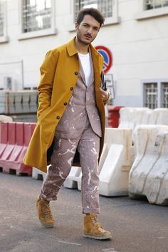 Nice colour sense in the styling of this @O_Spencer suit with saffron overcoat and trainers seen at Milan Fashion Week.