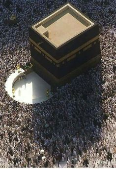 Aerial view of the Kaaba, Masjid Al-Haram, Mecca, Saudi Arabia. Islamic Images, Islamic Pictures, Islamic Art, Islamic Quotes, Masjid Haram, Mecca Masjid, Mekkah, Coran Islam, Beautiful Mosques