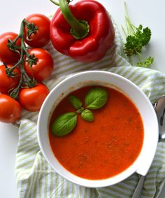 italiaanse paprikasoep met tomaten recept © Betty's Kitchen italiaanse paprikasoep met tomaten recept © Betty's Kitchen Dutch Recipes, Italian Recipes, Soup Recipes, Vegan Recipes, Cooking Recipes, Vinaigrette, Cheddar, Mango Salat, Feta