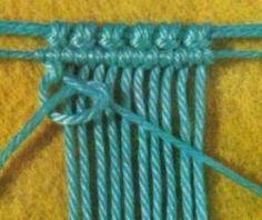 Cordoncillo oblicuo_Macramé 1 Comienza el trabajo de macramé colocando un hilo portanudos, sujetando los hilos y haciendo un nudo acordonado horizontal. Para hacer el zigzag mantén extendido el hilo de la izquierda hacia la derecha y sobre él anuda los demás hilos haciendo un nudo básico, tal como observas en la siguiente imagen.