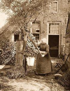 Laren, boerin bij een waterpomp (1923) - #bij #boerin #een #Laren #waterpomp - #bij #boerin #een #Laren #waterpomp