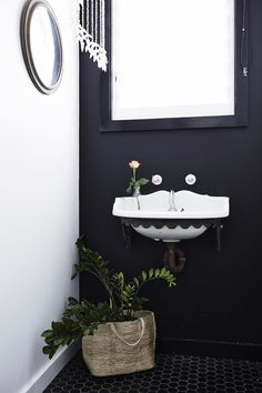 Monochrome / black + white bathroom with a tropical vibe at Magnolia house / Holiday Home.