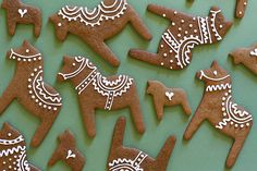 Dalahästar i pepparkaksformar Swedish Recipes, Christmas Ginger Cookies, Christmas Treats, All Things Christmas, Christmas Cookies, Christmas Holidays, Christmas Biscuits, Norwegian Christmas, Swedish Christmas Food