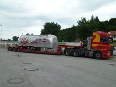 Sondertransport eines Werbe-Anhänger mit Tiefbett-Auflieger durch Europa