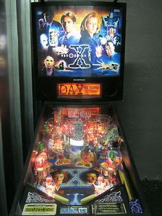 X files Pinball machine. Heck yes. I REALLY REALLY WANT THIS