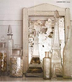 Flacons, bouteilles et miroir anciens.