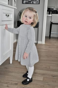 Kjole med hullmønster og falske fletter. Poncho Knitting Patterns, Knitting Blogs, Knitted Poncho, Knitting For Kids, Crochet Dress Girl, Knit Baby Dress, Crochet Baby, Knit Baby Shoes, Baby Barn