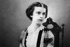 Das vermutlich älteste erhaltene Foto von der späteren Kaiserin Elisabeth zeigt die Herzogin in Bayern im Alter von 15 Jahren. Nach dem Selbstmord ihres Sohnes,  Kronprinz Rudolf, zeigte sich die Monarchin in der Öffentlichkeit nur noch dicht verschleiert.