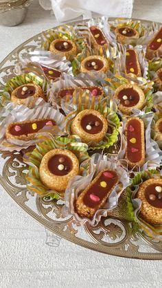 Mignardises à la Nougatine aux Sésames | Gourmandise Assia Chocolate Cube, Chocolate Chip Cookies, Moroccan Desserts, Arabic Sweets, Kitchen Witch, Eid, Gingerbread Cookies, Waffles, Biscuits