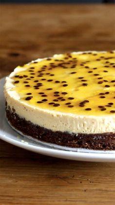 Receita com instruções em vídeo: Uma torta mousse de maracujá com um toque especial de brownie de chocolate! Ingredientes: 1 lata de leite condensado, 1 medida em lata de suco concentrado de maracujá, 1 lata de creme de leite sem soro, 3 folhas de gelatina sem sabor incolor, 1 maracujá, 150g de manteiga , 1 1/4 de xícara de açúcar, 3/4 de xícara de cacau em pó, 2 ovos, 1/2 xícara de farinha de trigo