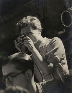 "Gerda Taro : Une photographe révolutionnaire dans la guerre d'Espagne  Gerda Taro, Capa""s girl friend died during the Spanish civil war"