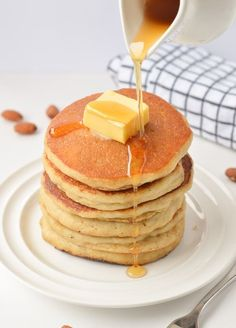 Keto Pancakes with Almond Flour, easy breakfast with only g net carbs per pancakes. The best fluffy healthy pancakes to starts the day. Almond Flour Pancakes, Low Carb Pancakes, Gluten Free Pancakes, Pancakes Easy, Low Carb Bread, Low Carb Breakfast, Breakfast Recipes, Fluffy Pancakes, Keto Bread