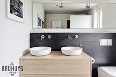 Moderne badkamer met grote tegels, maatwerk meubel en kranen in geborsteld nikkel | Het Badhuys
