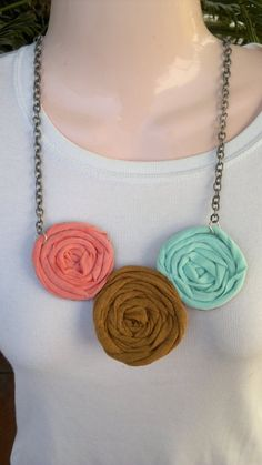 Inspiration: picture only, flowers out of t-shirt yarn - add to amigurumi animals Diy Fabric Jewellery, Textile Jewelry, Beaded Jewelry, Handmade Jewelry, Diy Keyring, Fabric Necklace, Cute Necklace, Bijoux Diy, Diy Jewelry Making