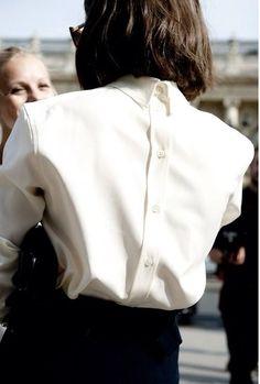 camisa branca de trás para a frente