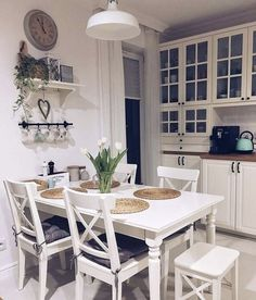 Chairs and table Dining Room Table Decor, Dining Room Design, Diy Kitchen Decor, Kitchen Interior, Small Space Interior Design, Cuisines Design, Home Decor Inspiration, Home Kitchens, Kitchen Remodel