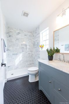 Awesome 50 Modern Farmhouse Small Bathroom Decor Ideas https://roomaholic.com/2713/50-modern-farmhouse-small-bathroom-decor-ideas