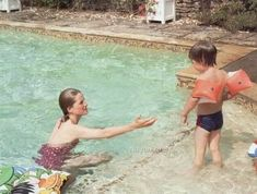Princess Diana circa 1985 - Prince William looks about 3 years old. Princess Diana and Prince William being taught to swim by his mother who was a confident competent swimmer - in the pool at Highgrove House. Princess Diana Family, Princess Kate, Princess Charlotte, Princess Of Wales, Princess Diana Wedding, Real Princess, Diana Son, Lady Diana Spencer, Spencer Family