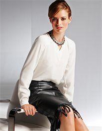 Seidenbluse mit V-Ausschnitt und langen Ärmeln #madeleinefashion Leather Fashion, Leather Skirt, Legs, Hot, Skirts, Women, Formal Suits, Blouse, Long Sleeve