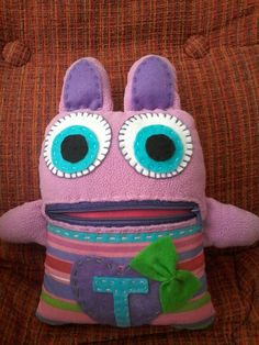 Put your worries in his mouth and this monster will eat them away. Sewing Projects For Kids, Sewing For Kids, Craft Projects, Sewing Toys, Sewing Crafts, Worry Monster, Monster Nursery, Soft Toys Making, Felt Monster