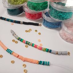 Aucune description de photo disponible. Diy Bracelets Easy, Bracelet Crafts, Cute Bracelets, Handmade Jewelry Tutorials, Diy Jewelry To Sell, Diy African Jewelry, Diy Jewelry Inspiration, Bijoux Diy, Friendship Bracelet Patterns