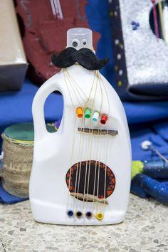 Alumnos del Pinar de la Rubia diseñan instrumentos musicales ... Music Lessons For Kids, Music For Kids, Diy For Kids, Making Musical Instruments, Homemade Instruments, Kids Crafts, Crafts To Do, Toys From Trash, Plastic Bottle Crafts