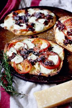 Bacon Tomato Rosemary Pizza- Fun Twist : tomato/rosemary/cheese on a bacon crust... Cool idea! :)