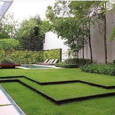 Bom diaaaaaa ☘️ Paisagismo todo lindo! Destaque para os degraus de grama, ótima solução para vencer o desnível do terreno. . Projeto @f_o_l_h_a_paisagismo #paisagismo #landscape #jardim #bomdia #arquitetura #archdaily #architecture #fabiarquiteta