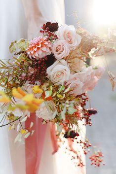 Shooting d'inspiration : Evasion automnale en rose poudré - Fleuriste spécialisée en mariages et wedding design en Alsace Bouquet Champetre, Alsace, Wedding Bouquets, Floral Wreath, Wreaths, Table Decorations, Design, Style, Dusty Rose Wedding