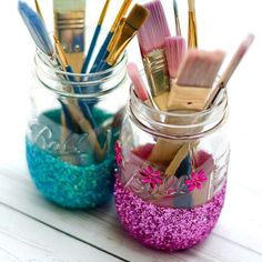 How to paint and distress mason jars. Wedding ideas with mason jars. Pot Mason Diy, Mason Jar Crafts, Bottle Crafts, Diy Bottle, Pots, Glitter Mason Jars, Diy And Crafts Sewing, Craft Wedding, Craft Storage