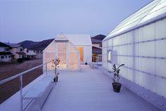 En Japón la construcción moderna es cosa de niños, en el sentido de que sus arquitectos tienen una mentalidad muy juguetona, como se vuelve a poner de manifiesto en esta casa del estudio Tato Architects en Yamasaki, prefectura de Hyogo. La planta...