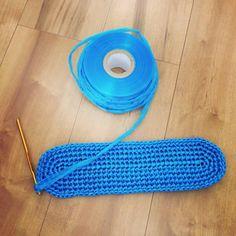 毎度お馴染み、今年もやってまいりました。 ビニール紐で編んだバッグです。 去年、息子と娘のプール用のバッグが無くてIKEAのショップバッグに突っ込んで持たせた酷い母(笑) 今年こそはちゃんと作ってあげようと思いつつ、プール開き直前の今まだ作っていなかったので急いで仕上げま...