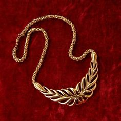 Stunning vintage Trifari necklace to add to your collection!